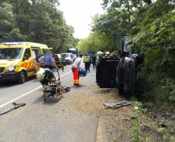 Oldalára borult egy autó, tűzoltók végzik a műszaki mentést