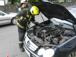 A salgótarjáni hivatásos tűzoltók az autó motorterét visszahűtötték