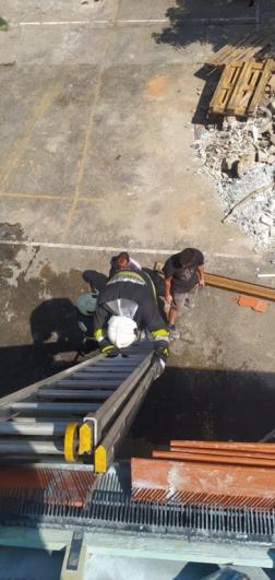 Létrával hatoltak a tetőre a tűzoltók