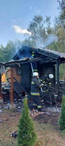 Tűzoltók oltják a kigyulladt faházat