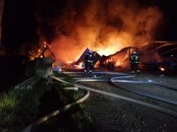 A lángokat négy vízsugárral fékezték meg